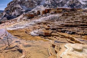 hermoso paisaje en mamut hot spring en yellowstone foto