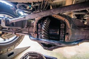Cambio de aceite de servicio pesado en el diferencial del eje trasero de una camioneta pick up foto