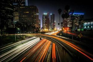 Los Ángeles, California, el centro de la ciudad por la noche foto