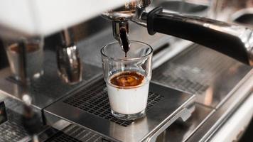 café negro con leche en cafetera foto