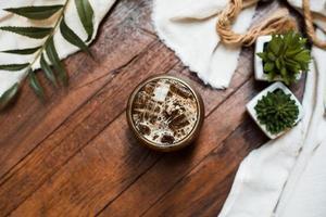 vaso de cafe con leche en la mesa foto