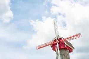 windmil holandés sobre fondo de cielo azul y nubes. foto