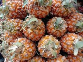 sabroso y saludable caldo de piña de color naranja foto