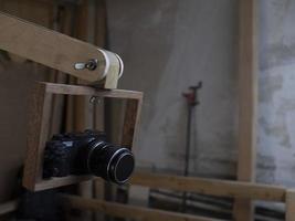 cámara de fotos en un marco de madera
