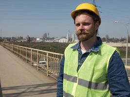 hombre con casco está parado en el puente foto