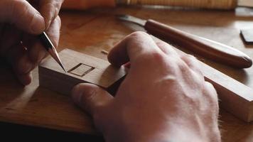 marcas de carpinteiro com um lápis simples em uma placa de madeira video