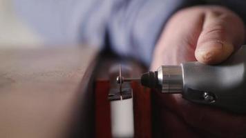 Proworker mit Schleifmaschine zum Bearbeiten von Metall video