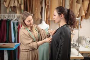 modelo de moda ajustando ropa por un estudio de diseño profesional, tomando medidas foto