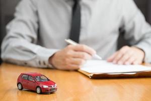 inspector de alquiler de coches llenando el contrato, concepto de alquiler de coches foto