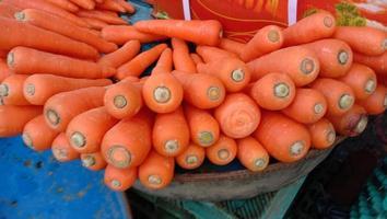 Caldo de zanahoria fresco, sabroso y saludable. foto