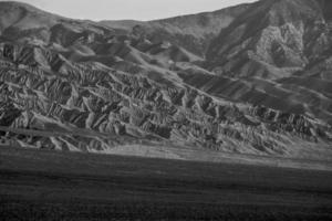 Carretera vacía y solitaria al parque nacional del valle de deth foto