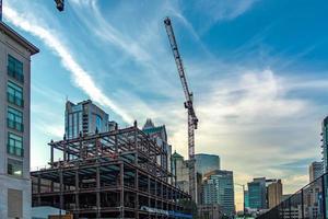 ciudad moderna en construcción por la mañana foto