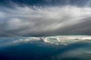 hermosa vista alta del cielo desde las nubes del avión foto