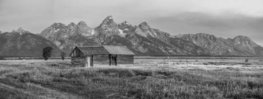 Grand Teton vista panorámica con granero abandonado en la fila mormona foto