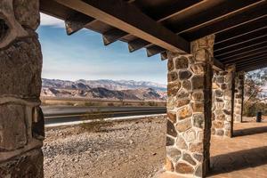 Estructura antigua y carretera en el parque nacional del valle de la muerte. foto