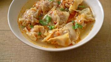 sopa de wonton de cerdo o sopa de albóndigas de cerdo con chile asado - estilo de comida asiática video