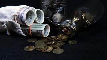 concepto de ahorro de dinero y monedas foto