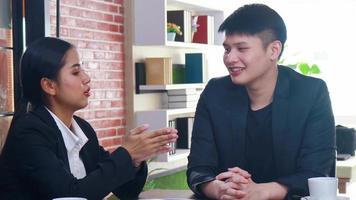 nueva generación de jóvenes empresarios se sientan y hablan sobre planes de marketing video