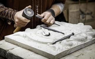 tallar piedra de forma tradicional foto