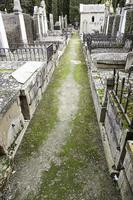 cementerio gótico con tumbas foto