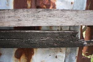 Techo de zinc viejo de madera y óxido foto