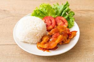 pescado frito cubierto con salsa de chile de 3 sabores con arroz foto