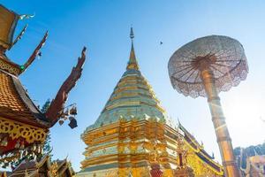 hermoso monte dorado en el templo de wat phra that doi suthep en chiang mai, tailandia. foto