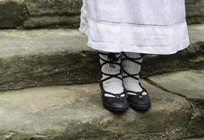 viejos zapatos tradicionales de niña pequeña foto