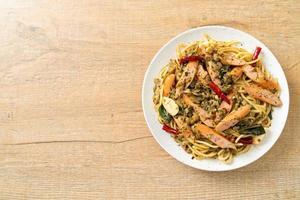 espaguetis caseros con ajo y salchicha foto