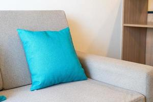 Decoración de almohadas cómodas en el sofá de la sala de estar foto