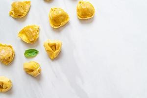 Pasta tortellini tradicional italiana foto