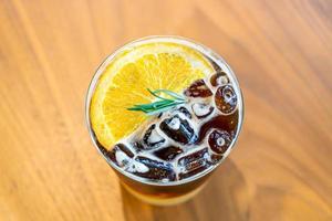 Vaso de café naranja yuzu en cafetería cafetería restaurante foto