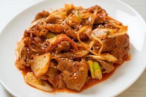 cerdo salteado con pasta picante coreana y kimchi - estilo de comida coreana foto