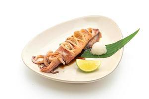 Calamares a la plancha con salsa teriyaki aislado sobre fondo blanco. foto