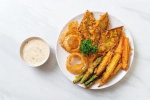 vegetales mixtos fritos de cebolla, zanahoria, maíz tierno, calabaza o tempura - estilo de comida vegetariana foto