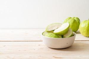 frutas frescas de guayaba en rodajas - frutas tropicales foto