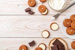 galletas de chocolate con crema de leche foto