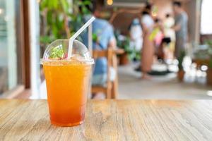 Vaso de té de limón helado en cafetería cafetería y restaurante foto