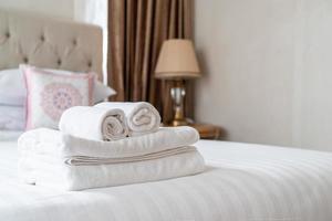 toalla de ducha blanca en la cama foto