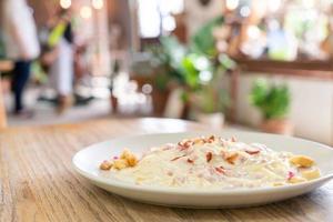 salsa de crema de espaguetis a la carbonara con tocino - estilo de comida italiana foto