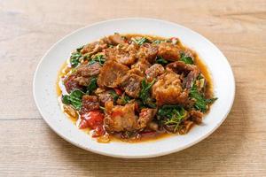 Panceta de cerdo crujiente salteada y albahaca - estilo de comida callejera local asiática foto