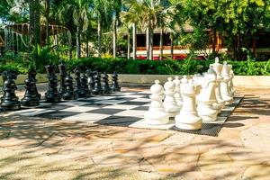 ajedrez gigante en el patio de recreo al aire libre foto