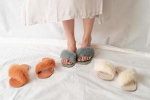 Zapatos de moda para mujer o sandalias aisladas sobre fondo blanco. foto