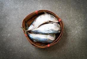 Pescado caballa al vapor en canasta de bambú foto