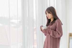hermosa mujer asiática tomando café en la mañana foto