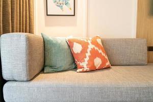 Hermosa decoración de almohada en el sofá en la sala de estar foto