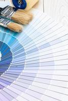 muestra el catálogo de colores patone o libro de muestras de color con rodillo de pintura foto