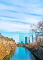 Edificio en Osaka con río alrededor del castillo de Osaka, Japón foto