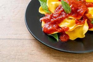 ravioles con salsa de tomate y albahaca foto