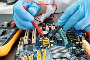 Residuos electrónicos, técnico que repara el interior del disco duro mediante un soldador. circuito integrado. el concepto de datos, hardware, técnico y tecnología. foto